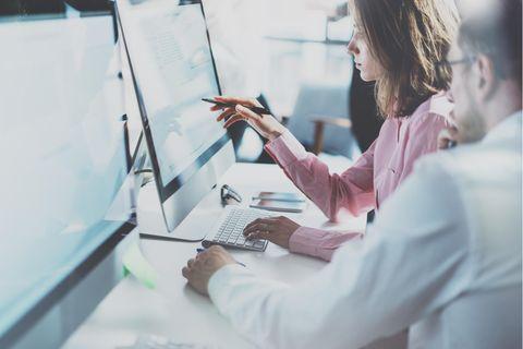 Technischer Zeichner: Mann und Frau an Computern