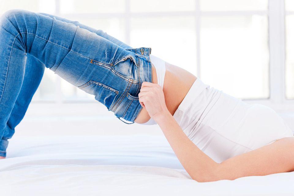 Jeans zu eng? Kein Problem! Von der Kleidergröße solltest du dich nicht beirren lassen.