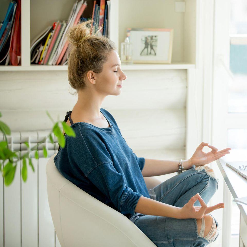Das Gesundheitshoroskop für dein Sternzeichen: Frau beim Meditieren