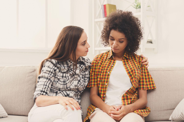 Zu viel Empathie: Zwei Freundinnen sitzen auf der Couch