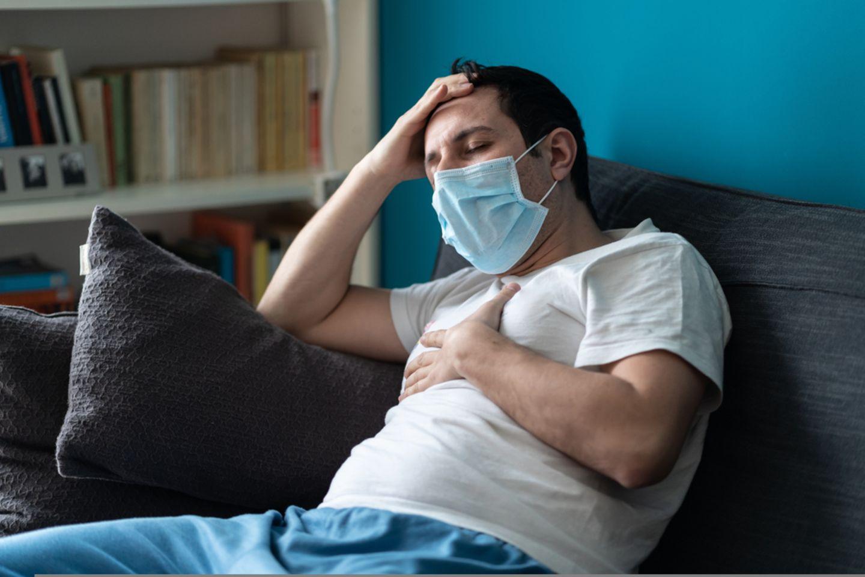 Corona aktuell: Kranker Mann mit Atemschutzmaske