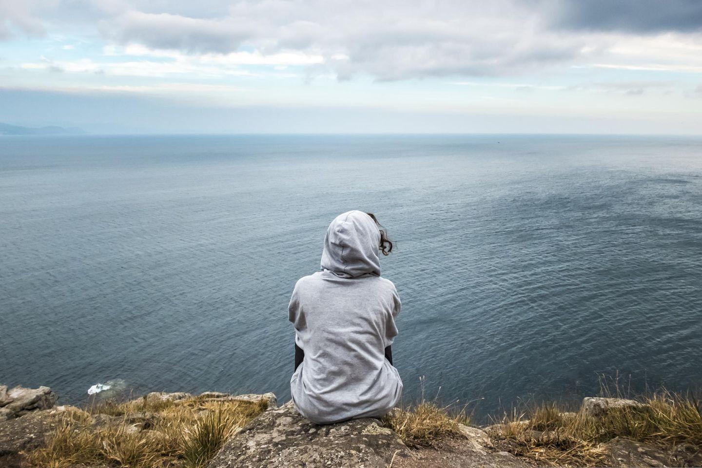 Fear of Happiness: Frau schaut aufs Meer