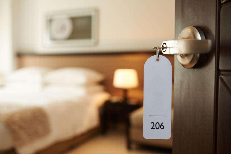 Sex im Hotel: Schlüssel steckt in der Tür im Hotelzimmer