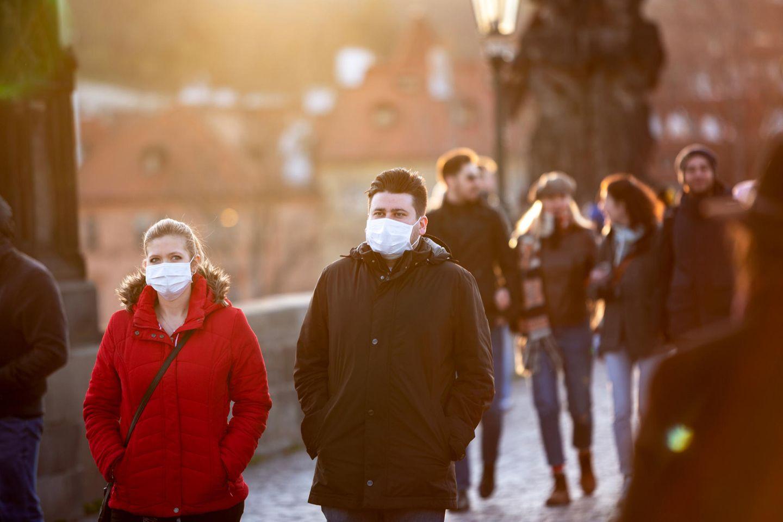 Corona aktuell: Paar mit Maske auf der Straße