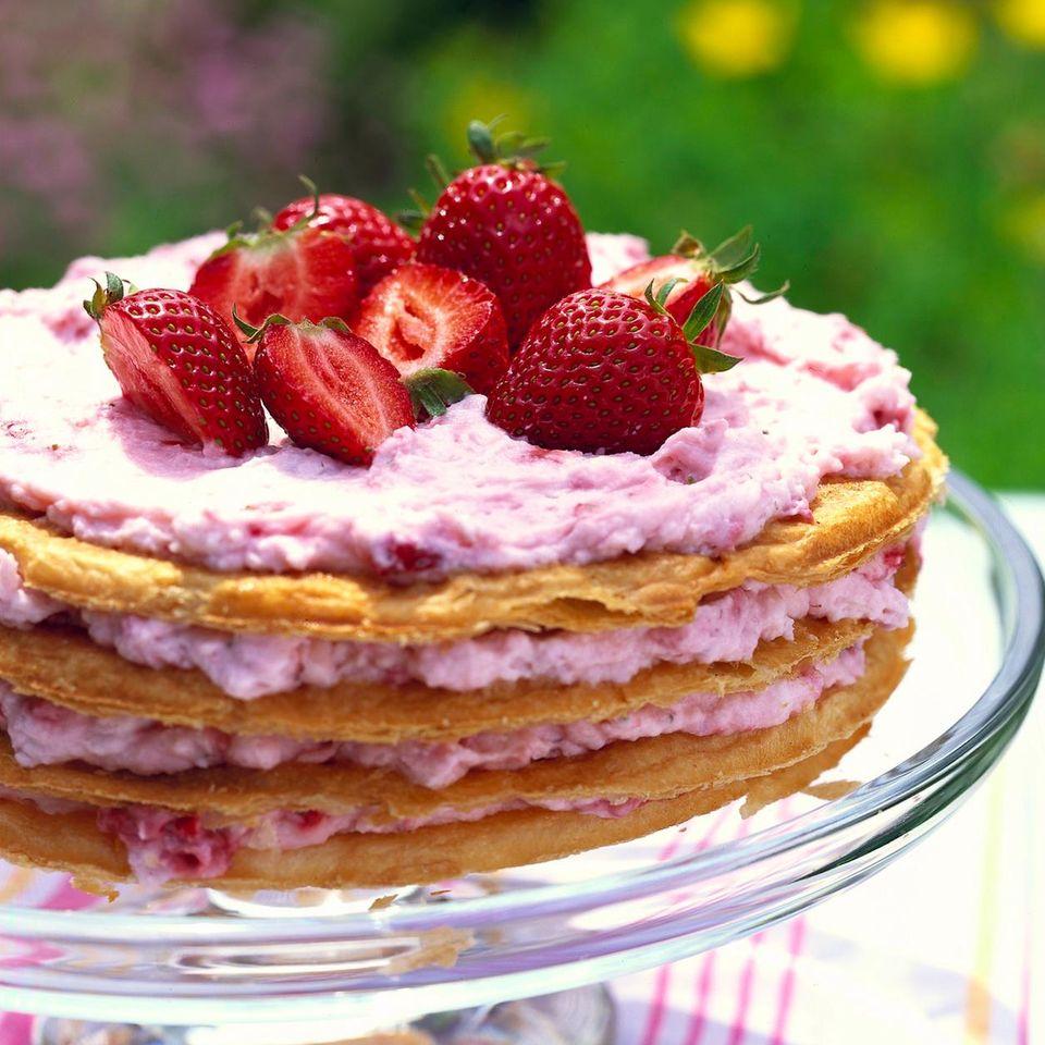 Blätterteig-Waffeltorte mit Erdbeer-Quark-Füllung