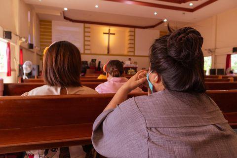 Corona aktuell: Frau im Gottesdienst