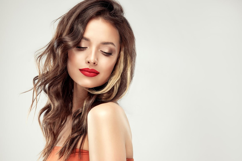 Scandi Waves: Frau mit welligem Haar