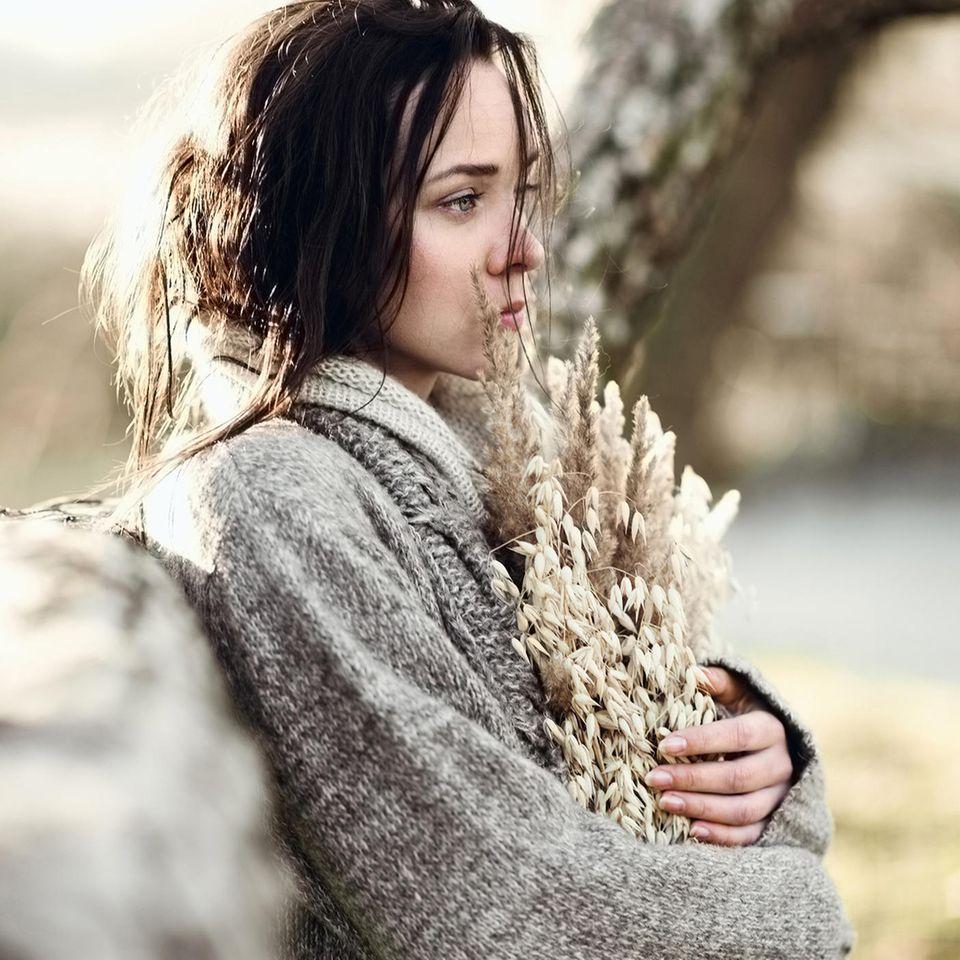 Whisper: Eine traurige, junge Frau im Herbst