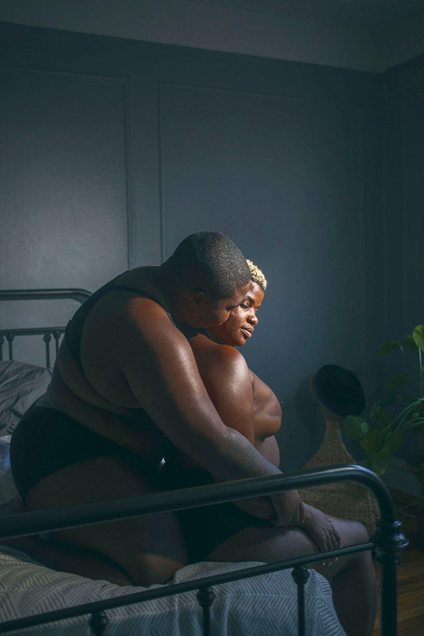 New Queer Photography: Paar sitzt auf Bett