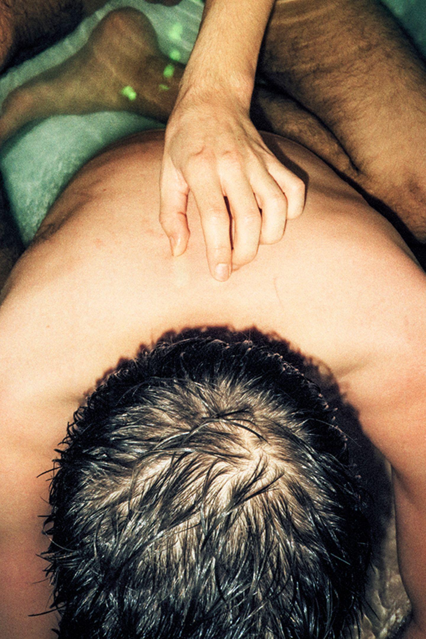 New Queer Photography: Hand am Rücken