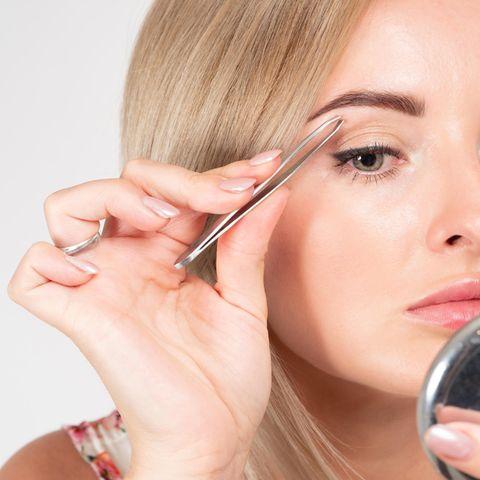 Psst – Geheimtipp!: So tut das Augenbrauen zupfen endlich nicht mehr (so doll) weh