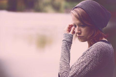 Mikromanipulation: Eine nachdenkliche, junge Frau