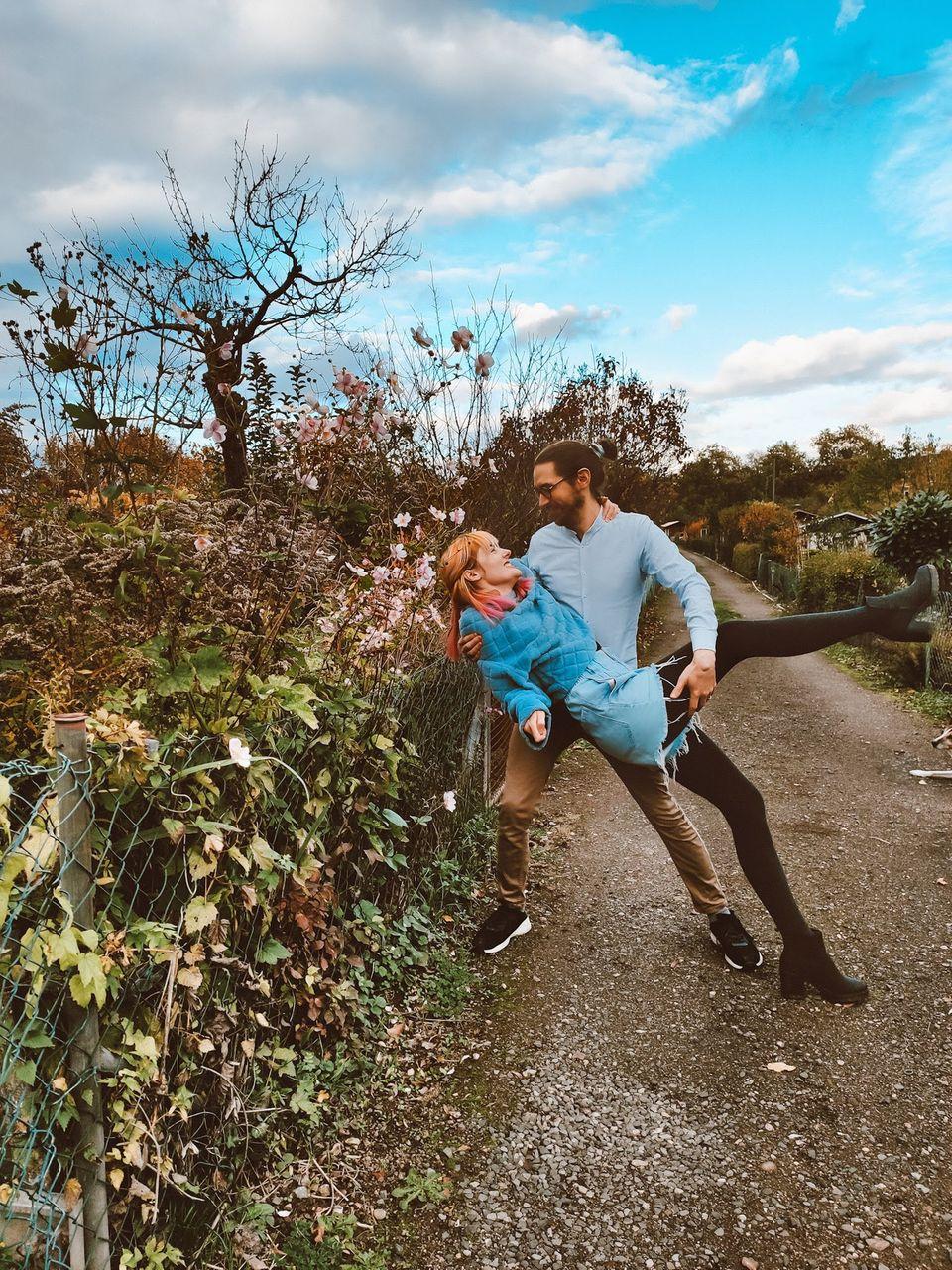 Pränataldiagnostik: Mavin hält Jana im Arm