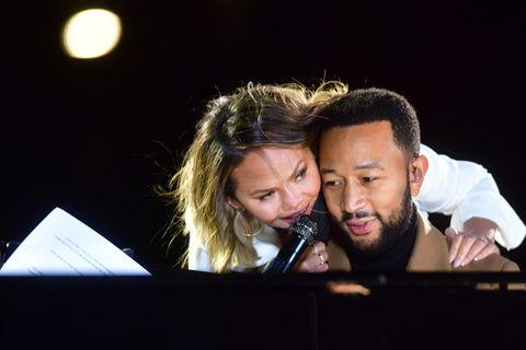 Chrissy Teigen und John Legend empfangen Asche von Baby Jack