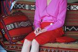 Nicht nur die Queen hat ein Faible für knallige Farben, auch ihre Schwiegertochter liebte das Spiel mit auffälligen Tönen und schreckte nicht davor zurück, diese miteinander zu kombinieren. Bei ihrem Besuch in Kuwait 1989 setzte die Königin der Herzen deswegen auch selbstsicher auf einen Look ihrer Lieblingsdesignerin Catherine Walker (by the way auch das Lieblingslabel von Dianas Schwiegertochter Herzogin Catherine). Das Kostüm in Rot-Pink setzte den Startschuss für den Colour-Blocking-Trend, der bis heute bei den Fashionistas weltweit beliebt ist.