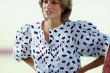 Diana war eine zierliche Person, wusste aber zum Glück, wie sie sich mit ein paar kleinen Tricks ein paar Extrakurven zaubert. Bei einem Polo-Turnier in Cirencester 1983 kombinierte sie zu einem weißen Pencilskirt und einer getupften Bluse mit Puffärmeln einen schmalen Taillengürtel aus Leder, der ihr eine tolle Sanduhr-Silhouette verschaffte. Gewusst, wie!