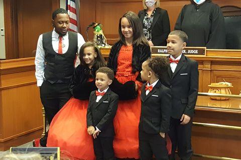 Mann adoptiert fünf Geschwister auf einmal