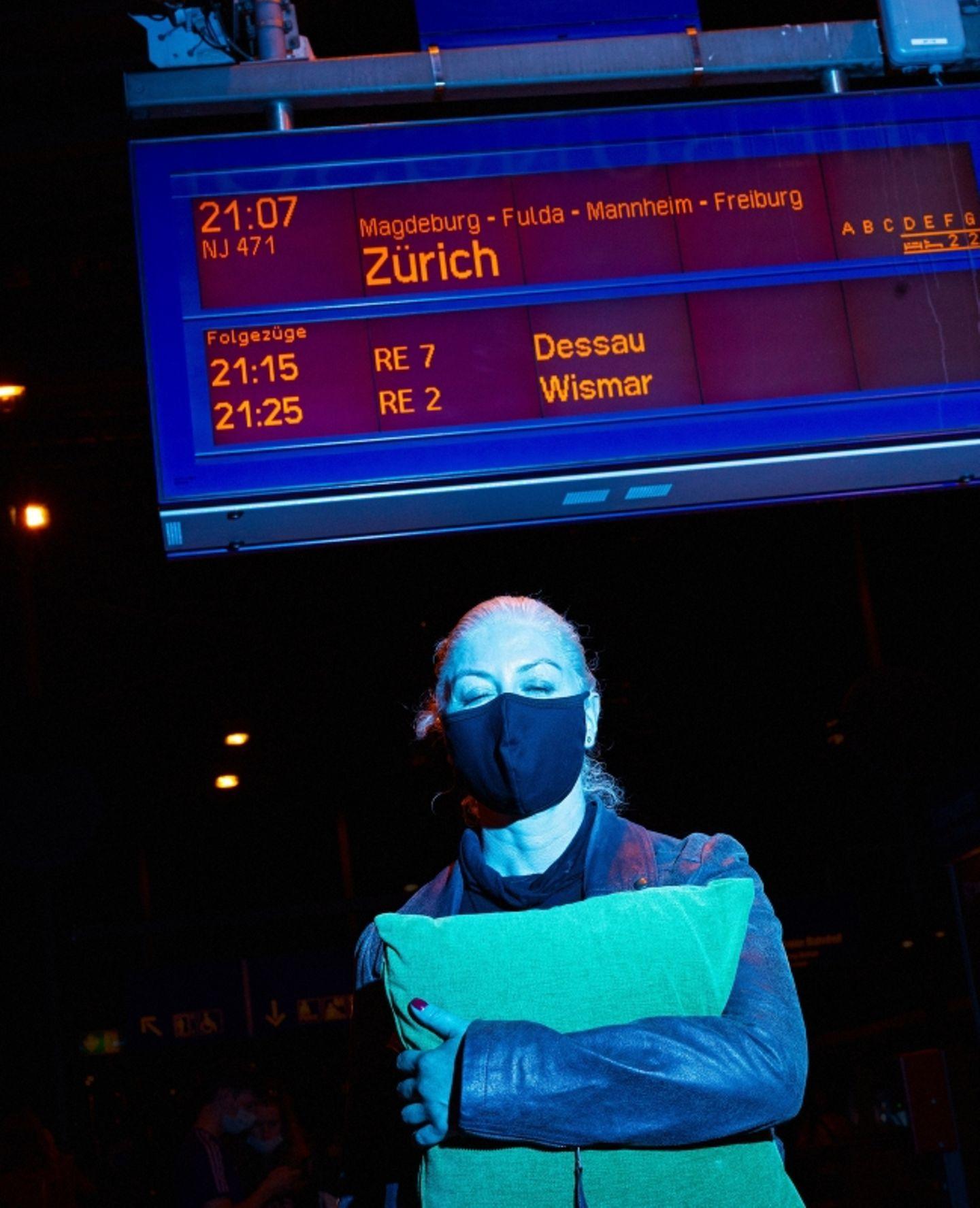 Nachtzug: Autorin Kirstin Bock am Bahnsteig