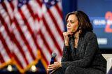 Kamala Harris: Die US-Vizepräsidentin sitzt auf einem Stuhl