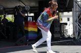 Kamala Harris: mit Regenbogenjacke
