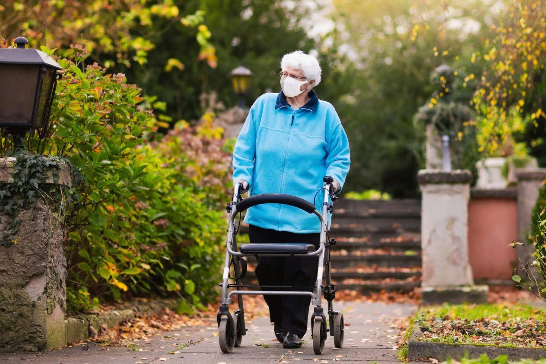 Corona aktuell: Alte Frau mit Rollator