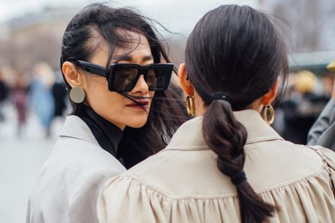 Frisuren Trends: Zwei Frauen Arm in Arm