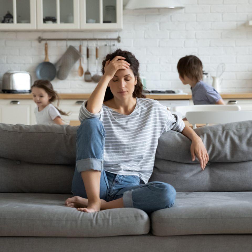 Familienkrankheit Migräne: Gestresste Frau mit Kindern