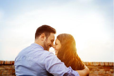 Eskimokuss: Paar sieht sich verliebt an
