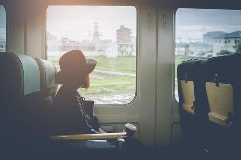 Sabbatical: Junge Frau im Zug
