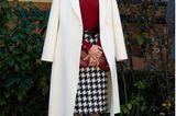 Dieser Rock kommt uns irgendwie bekannt vor, oder? Genau! Königin Letizia trug den Klassiker mit Hahnentrittbereits 2019 zu den Fine Arts Gold Awards in Cordoba. Dort kombinierte sie ihn mitroten Pumps – die Farbe steht ihr aber auch einfach ausgezeichnet!In diesem Jahr setzt sie bei einem öffentlichen Terminin Madrid wieder auf den Rock und greift auch das knallige Rot im Oberteil und in den Schuhen auf. Ein weißerMantel rundet den grandiosen Style ab.