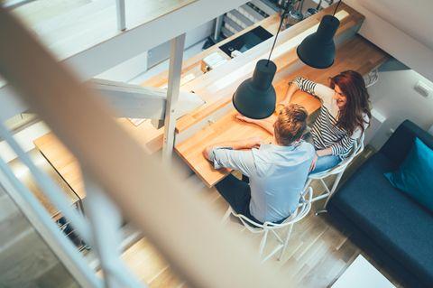 Studie: Ein Paar sitzt zu Hause am Küchentisch