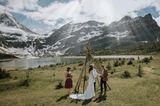 Die schönsten Hochzeitsbilder des Jahres: Brautpaar auf der Wiese mit Bergkulisse