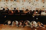 Die schönsten Hochzeitsbilder des Jahres: Hochzeitsgäste am Tisch von oben