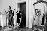 Die schönsten Hochzeitsbilder des Jahres: Frau sieht Brautkleid