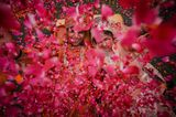 Die schönsten Hochzeitsbilder des Jahres: Brautpaar Blütenblätter