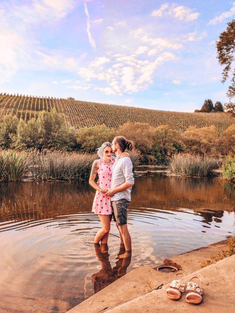 Jana und Marvin stehen im Wasser