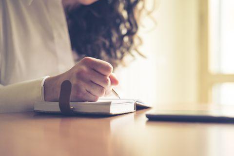 Corona aktuell: Frau schreibt Tagebuch