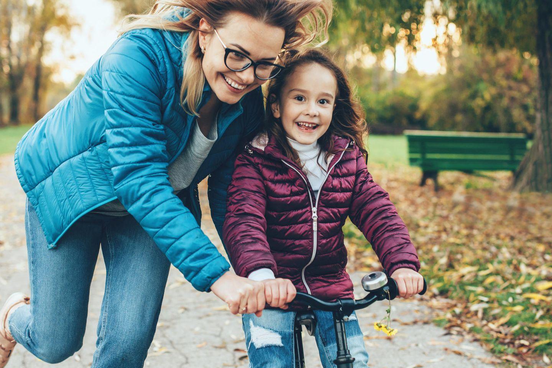 Wortschatz für Mamas: Mama bringt Kind Radfahren bei