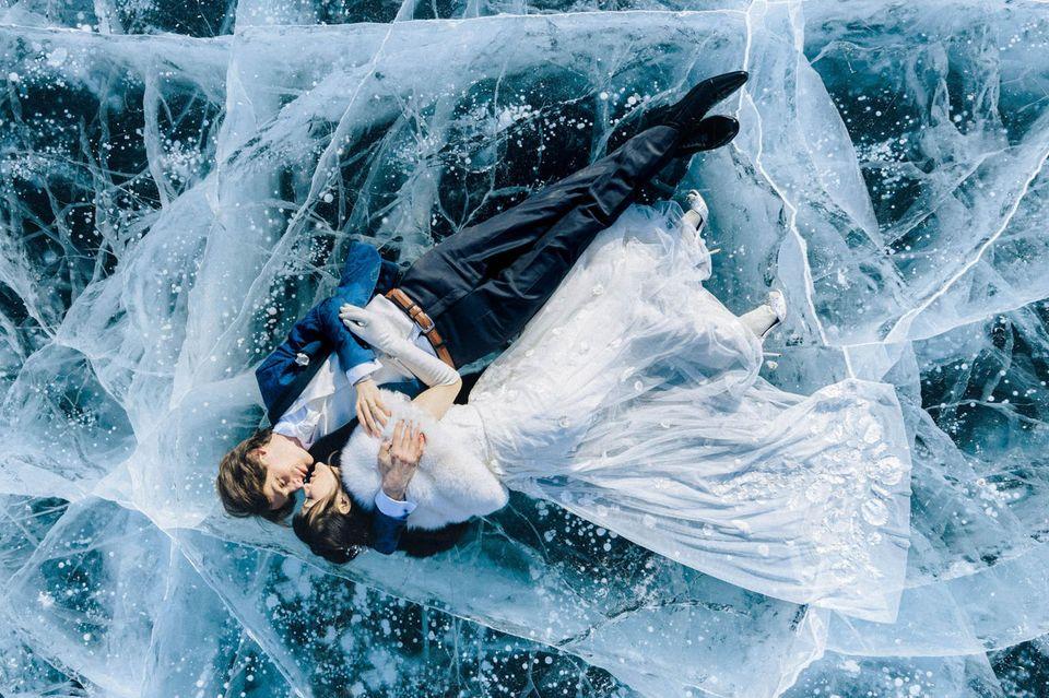 Die schönsten Hochzeitsbilder des Jahres: Hochzeitspaar liegt auf Eis