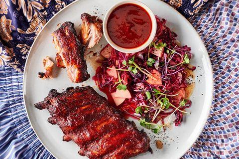 BBQ-Rippchen auf rotem Apfel-Kraut-Salat