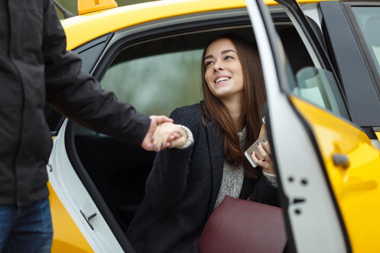 Männer erzählen: Frau steigt aus Taxi