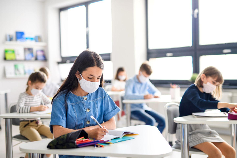 Corona aktuell: Schüler mit Masken im Unterricht