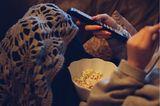 Corona aktuell: Frau mit Fernbedienung