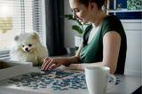 Corona aktuell: Frau mit Puzzle
