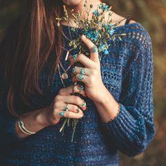 Corona aktuell: Frau mit Blumen