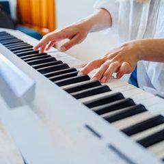 Corona aktuell: Frauenhände am Klavier