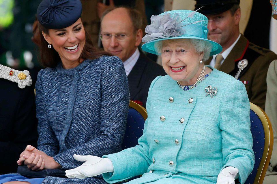 5 Momente, in denen die Queen selbst gegen das Protokoll verstieß