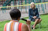 Jill Biden: im petrolfarbenen Kostüm beim Interview