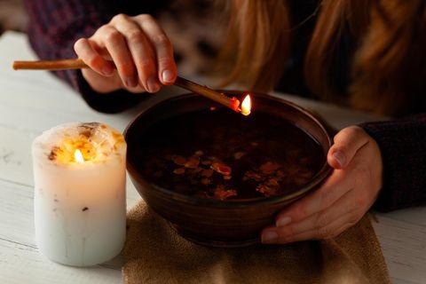 Wachsgießen: Wasserschale mit Kerze darüber