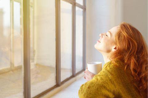 Die Glückspilze der Woche: Frau am Fenster